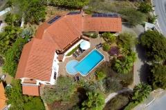 Mit großen tropischen Garten und Pool