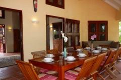 Hintere Terrasse mit Tisch für 10 Personen
