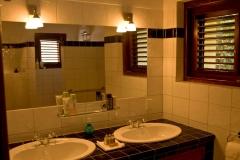 Cuarto de baño con doble lavabo