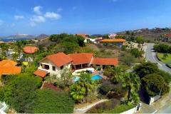 La villa está situada en una colina