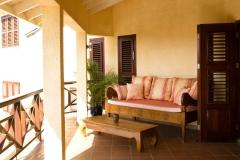 Terraza delantera con sofá-cama