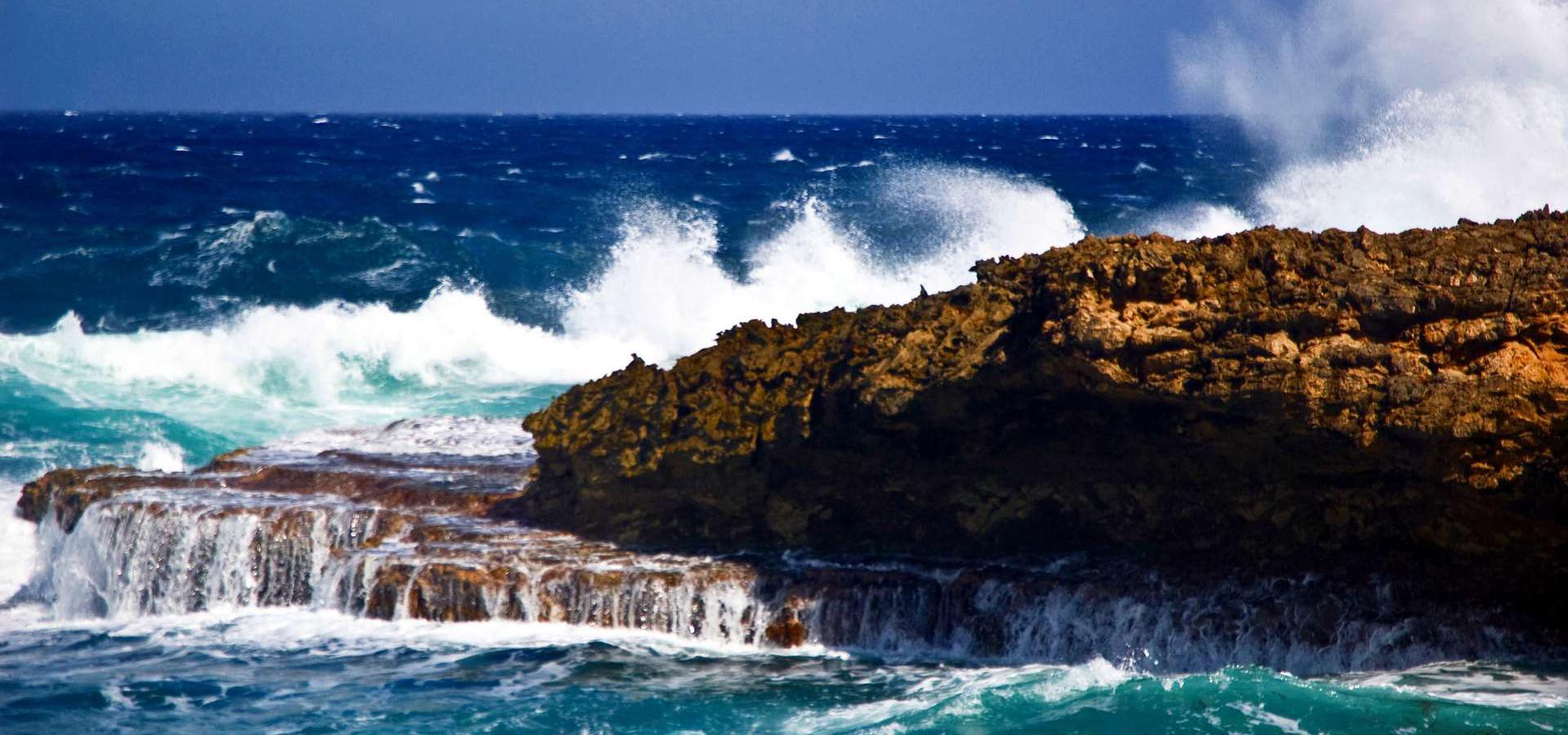 Noordkust met golven 1920x900