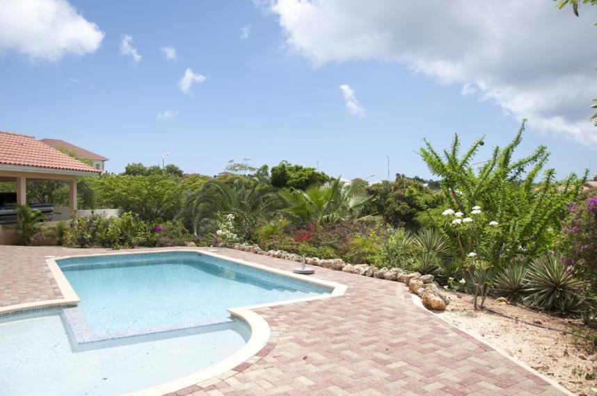 Het zwembad met uitzicht op Jan Thiel